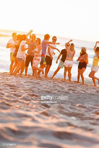 Grupo de jóvenes de fiesta en la playa