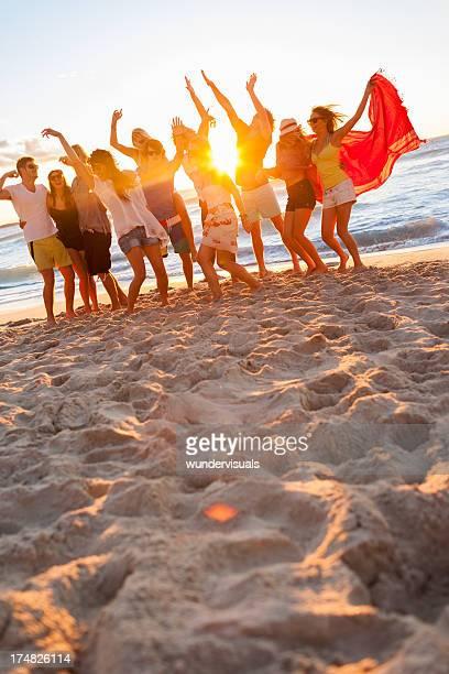 Groupe de jeunes gens à la fête de plage