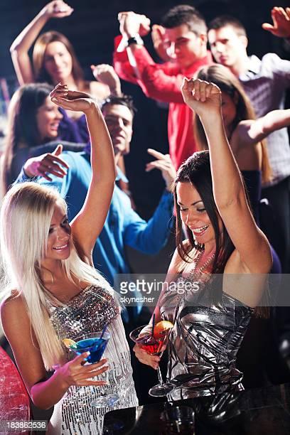 Gruppe von jungen Menschen Tanzen in der disco club.