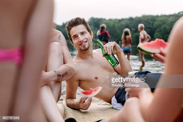 Gruppe von jungen Menschen zu einem Picknick ein