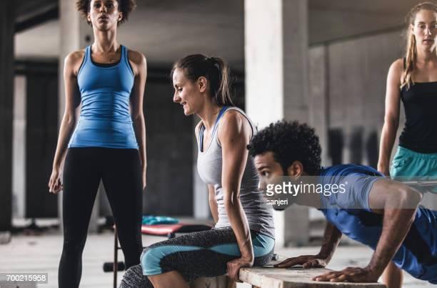 Groupe de jeunes gens exerçant dans une salle de sport