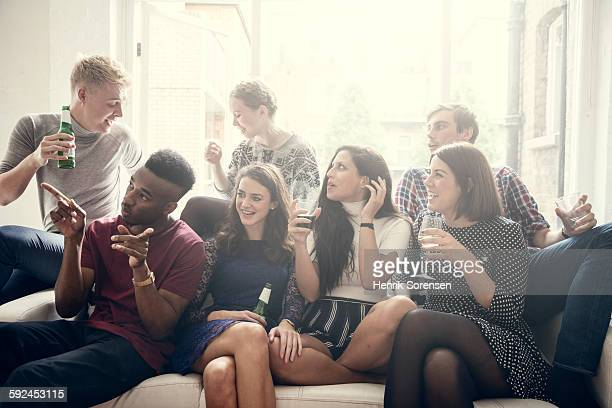 group of young people having a party - groupe moyen de personnes photos et images de collection