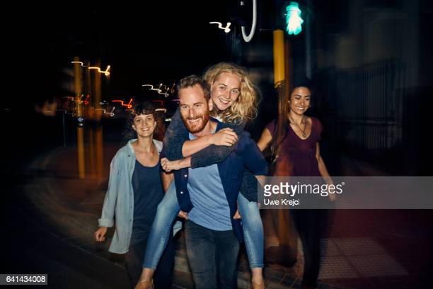group of young people having fun at night - vida noturna - fotografias e filmes do acervo