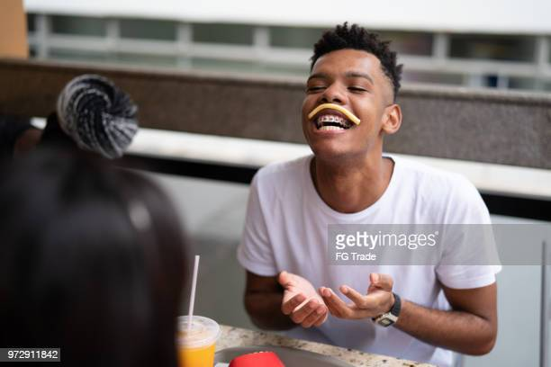 grupo de jovens se divertindo em um restaurante - fast food - fotografias e filmes do acervo