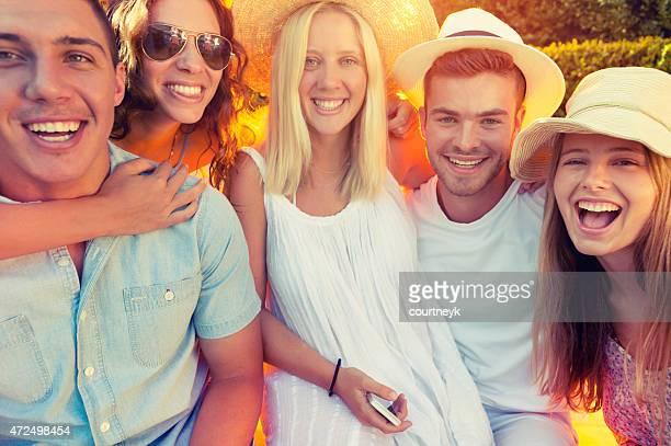 Grupo de jóvenes divirtiéndose juntos.
