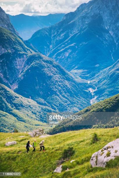 groep jonge mensen wandelen op de bergketen - slovenië stockfoto's en -beelden