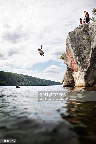 のグループジャンプ若い人々からの高さの断崖に