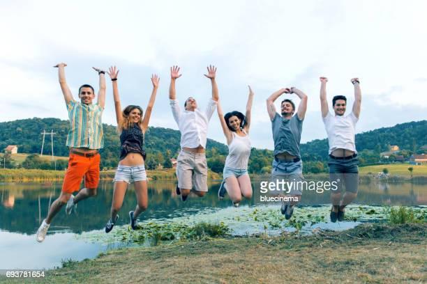 若者のグループジャンプ
