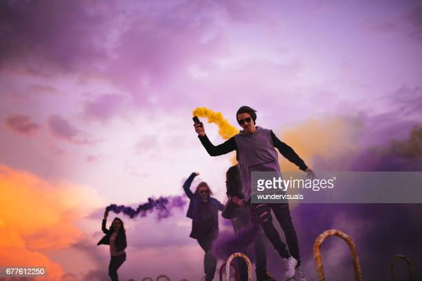 grupo de jovens numa festa com bombas de fumaça multi-coloridas - vestido roxo - fotografias e filmes do acervo