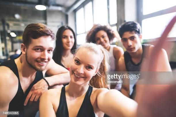 group of young people posing for a selfie in gym - eitelkeit stock-fotos und bilder