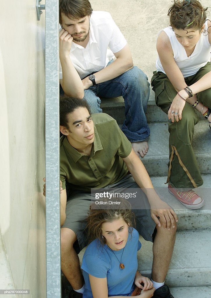 Group of young people sitting on steps : Stockfoto