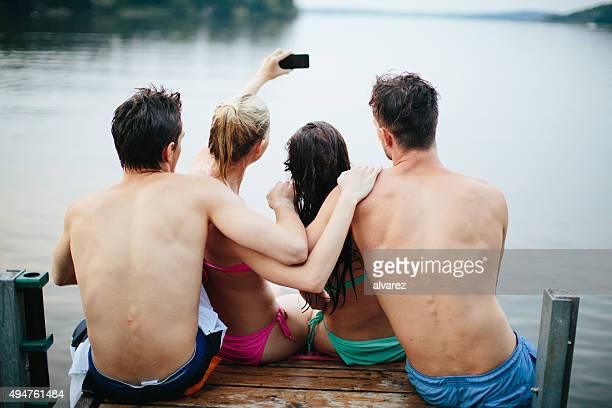 Gruppe von Jugendlichen Nehmen Sie ein Foto auf den See