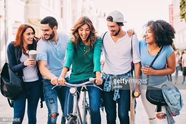 Groupe de jeunes gens marcher à l'extérieur