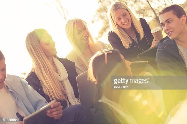 Gruppe von Jugendlichen, die mit mobilen Geräten