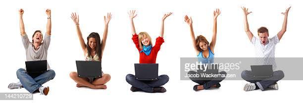 Groupe de jeunes avec leurs ordinateurs portables