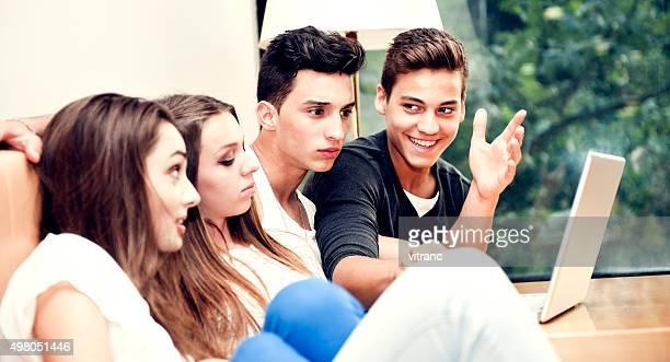 Gruppe von jungen Menschen arbeiten auf leptop