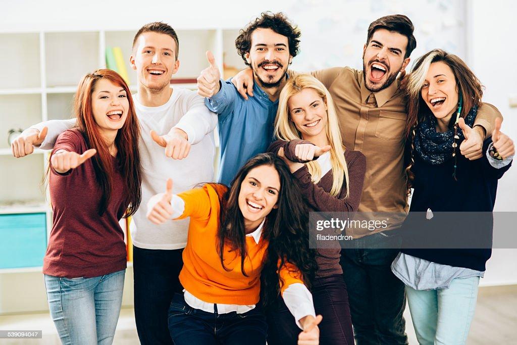 Grupo de jóvenes equipo en la oficina : Foto de stock