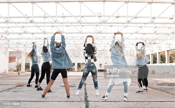 grupp av ung kvinna som dansar utomhus - dance troupe bildbanksfoton och bilder