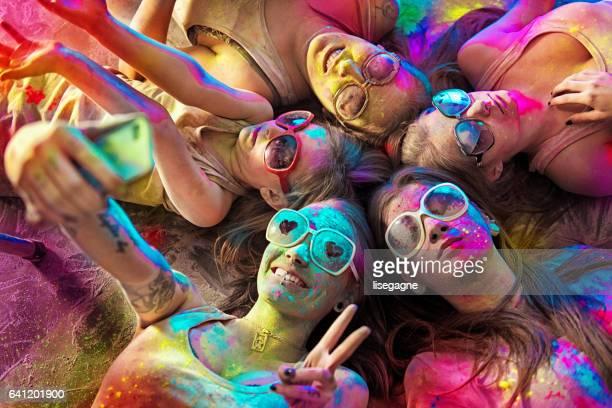 Groupe de jeunes femmes recouvert de poudre de holi