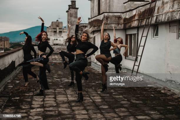 grupp unga kvinnor som dansar ovanpå byggnaden - dance troupe bildbanksfoton och bilder