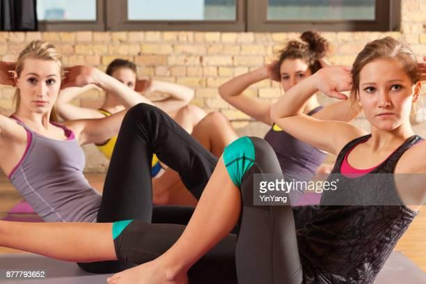 Groep van jonge vrouwen in het centrum van de gezondheid van aërobe oefening yogastudio