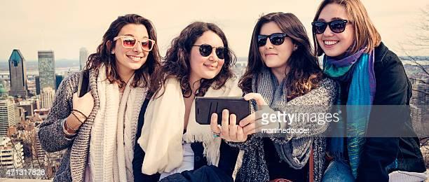 """grupo de mujeres jóvenes hacer un autorretrato con el paisaje de la ciudad. - """"martine doucet"""" or martinedoucet fotografías e imágenes de stock"""