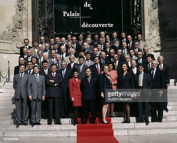 Group Photo Of 69 Of The 75 Business Leaders Of The Committee Colbert En France à Paris en mai 1998 photo de groupe de 69 chefs d'entreprise sur 75...