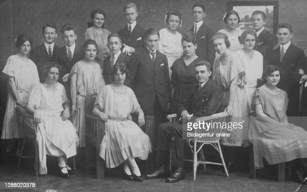 Group photo of an extended family in elegant clothes, family photo, ca 1910, Germany / Gruppenfoto einer Großfamilie in eleganter Kleidung,...