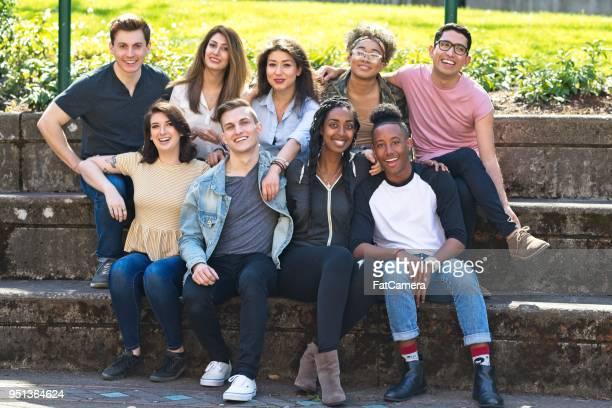 gruppenfoto der verschiedenen college-studenten - hingabe stock-fotos und bilder