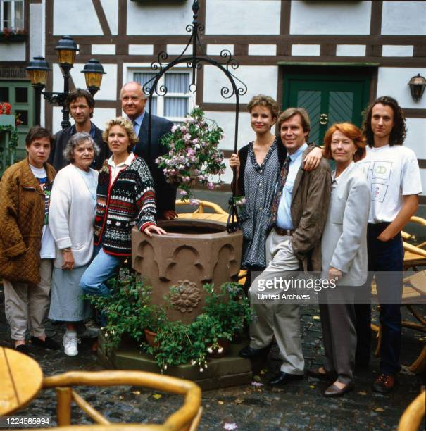 Group photo of the actors from the ZDF programme DIESE DROMBUSCHS with Grete Wurm Eike Schweighardt Marion Kracht Anja Jaenicke Heidemarie Hatheyer...