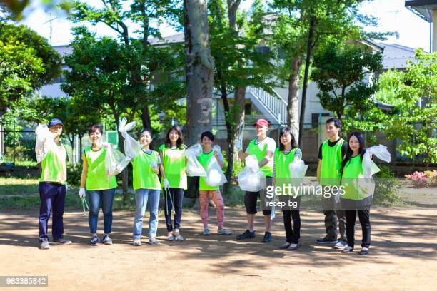 東京都内公共の公園でボランティア グループの集合写真