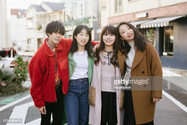 市内の4人のアジア人の友人のグループ写真 - 集合写真 ストックフォトと画像
