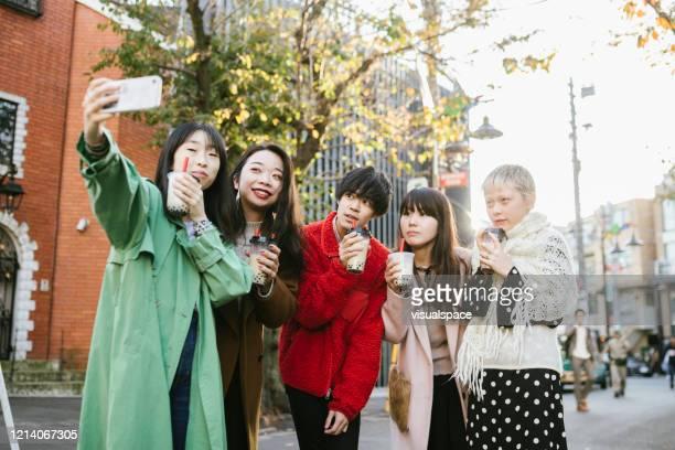 バブルティーを楽しむ友人のグループ写真。 - minimalist living in japan ストックフォトと画像