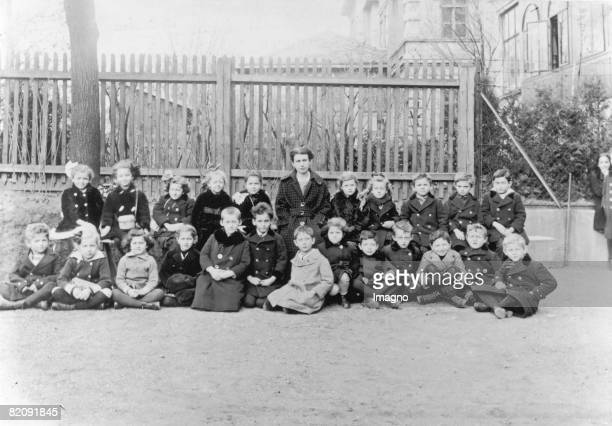 Group portrait Anna Freud and schoolkids Cottage Lyzeum Vienna Photograph 1917 [Anna Freud mit Schulklasse im Cottage Lyzeum Wien Photographie 1917]