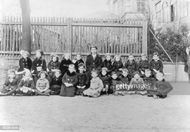 Group portrait Anna Freud and schoolkids, Cottage Lyzeum, Vienna, Photograph, 1917 [Anna Freud mit Schulklasse im Cottage Lyzeum, Wien, Photographie,...