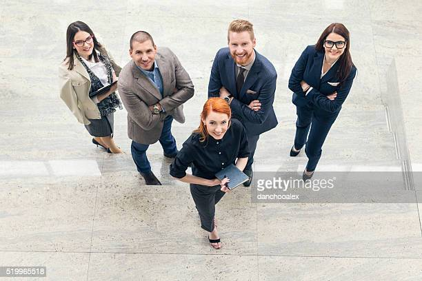 Grupo Retrato de gente de negocios en el vestíbulo