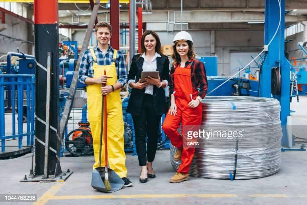 portrait de groupe de travailleurs de l'industrie dans l'entrepôt de distribution - tenue d'affaires photos et images de collection
