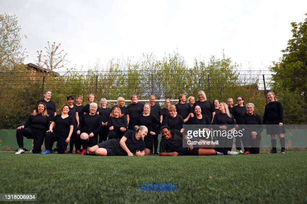 group portrait of women's soccer team on soccer pitch - menopossibilities stock pictures, royalty-free photos & images