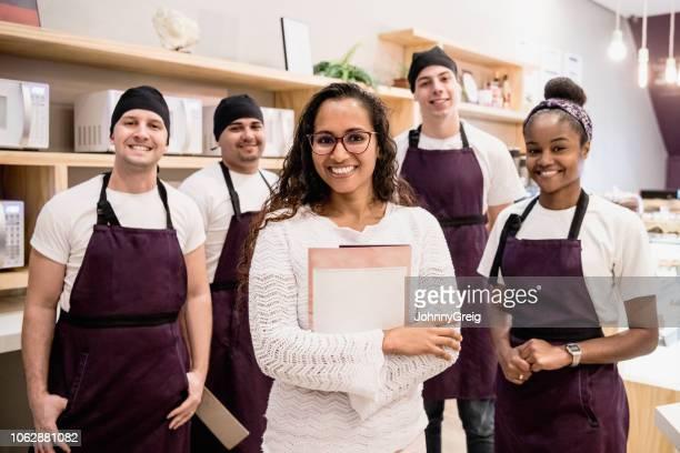 retrato de grupo de trabalhadores jovens alegres café e gerente feminino - avental - fotografias e filmes do acervo