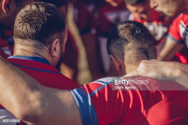 abrazo de grupo rugby - rugby union fotografías e imágenes de stock