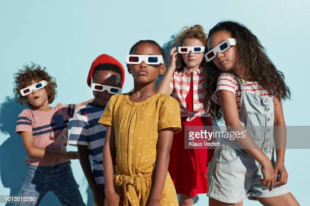 group shot of cool kids wearing 3-d glasses while playing and posing - cinco pessoas - fotografias e filmes do acervo