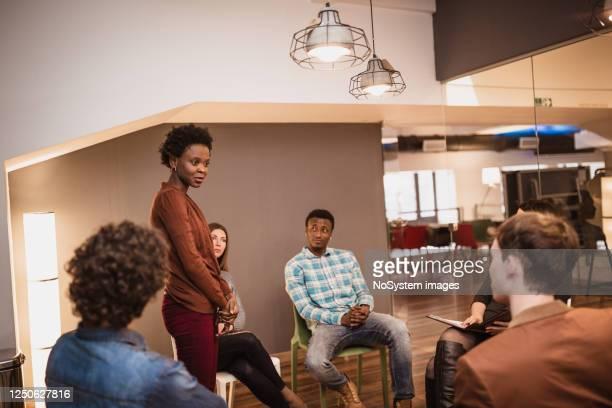 groepstherapie sessie - bewustwording over geestelijke gezondheid stockfoto's en -beelden