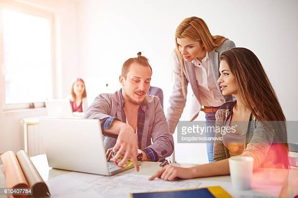 Groupe de trois personnes dans le bureau