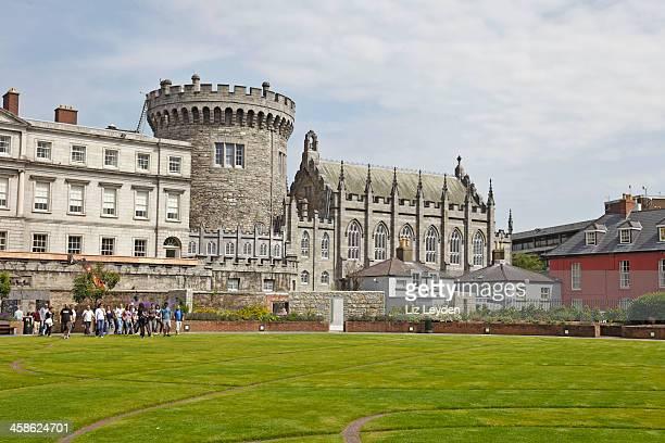 グループツアー、dubhlinn 庭園、ダブリン、アイルランドの城 - ダブリン城 ストックフォトと画像