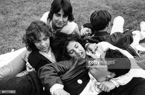 Groupe d'adolescents allongés dans l'herbe pendant la fête de la Jeunesse ouvrière chrétienne en France