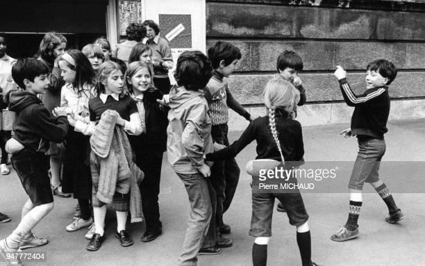 Groupe d'écoliers dans la rue lors d'une sortie scolaire en France