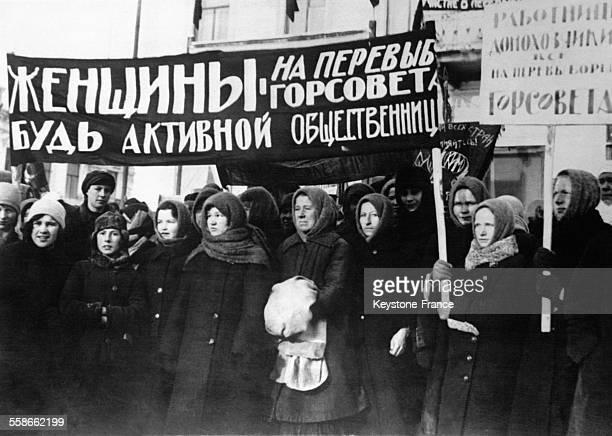 Groupe de femmes manifestant avec des banderoles à l'occasion de la Journée de la femme à Moscou URSS