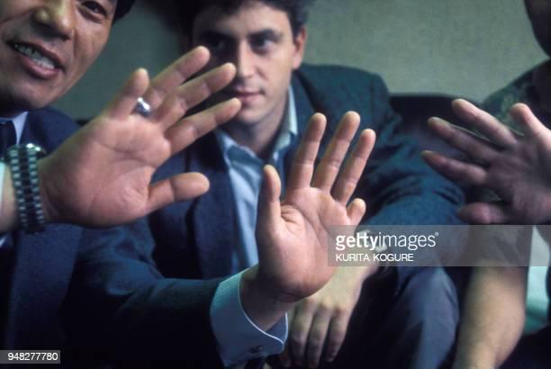 Groupe de yakusa mafieux japonais montrant leurs doigts amputés en novembre 1987 à Tokyo Japon