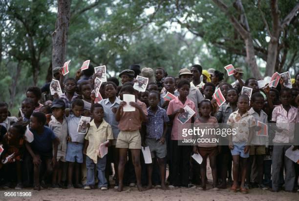 Groupe d'enfants avec des photos du leader de l'UNITA Jonas Savimbi en février 1985 en Angola