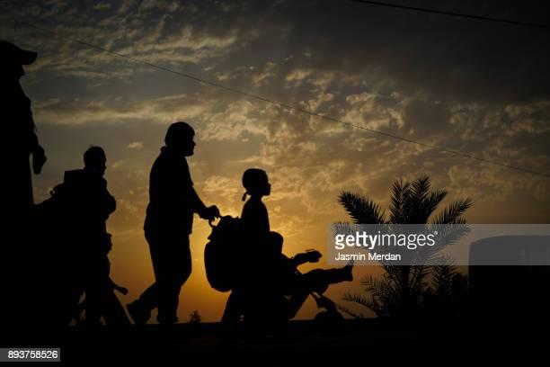 groups of people walking at sunset - arbaeen - fotografias e filmes do acervo